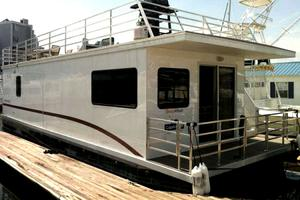 Houseboat Docked in Boston With Beautiful Rooftop Deck
