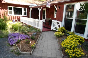 Colorful Pet-Friendly Cottage Rental near Springfield, Massachusetts