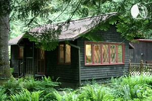 Charming Cottage Rental with Private Deck near Mount Hood, Oregon