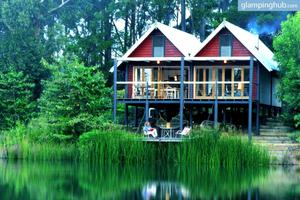 Eco-Friendly Cottage Overlooking Lake in Queensland, Australia