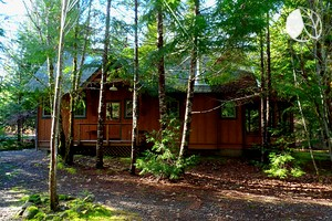 Intimate Creekfront Cabin with Private Sauna near Willamette National Forest
