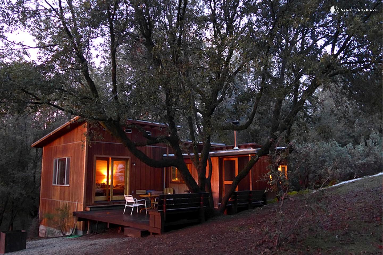Rustic cabin old yosemite road glamping yosemite for Rustic cabin