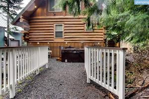 Spacious, All-Wood Cabin, Great for Winter Sports Lovers near Portland, Oregon