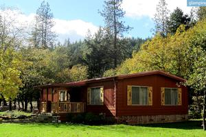 Pet-Friendly Cabin Rental Settled on a Tranquil Creek near Shady Cove, Oregon